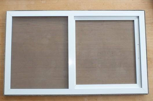 Geschlossener Schieberahmen mit weißen Rahmen für Dachfenster von Velux und Roto