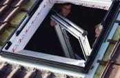 Der neue Roto MR Rahmen sitzt. Zur genauen Justierung wird der Flügel eingehängt