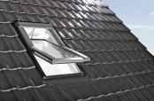 Roto Designo R6 Schwingfenster mit mittig gelagertem Fensterflügel.