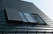 Die Fensterflügel des Panorama-Dachfensters gleiten auf Knopfdruck elegant zwischen Dach und Sparren und geben so die gesamte Fensterfläche frei.