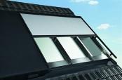 Roto Panorama-Dachfenster Azuro geschlossen mit Sonnenschutz-Rollo