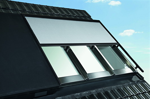 roto panorama dachfenster azuro geschlossen mit sonnenschutz rollo wohndachfenster. Black Bedroom Furniture Sets. Home Design Ideas