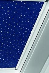 Verdunkelungsrollo für Wohndachfenster von Roto mit blauem Sternenhimmel