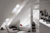 Schlafzimmer mit zwei Schwingfenstern übereinander, mit Verdunkelungs-Rollo und Faltstore