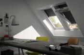 Arbeitszimmer mit zwei VELUX INTEGRA Elektro- oder Solarfenstern in Kunststoff GGU mit VELUX INTEGRA Elektro- (SML) oder Solar-Rollläden (SSL)
