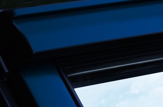 Außenansicht des VELUX Dachfensters in Alu Color Blau