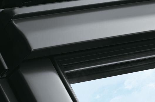 Außenansicht des VELUX Dachfensters in Aluminium Grau