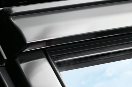 Außenansicht des VELUX Dachfensters in Titanzink