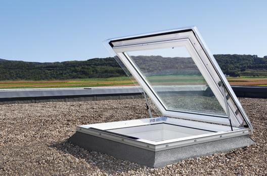 Außenansicht manuelles VELUX Flachdach-Ausstiegsfenster, geöffnet
