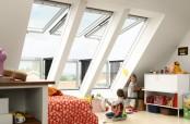 VELUX CABRIO™ im Kinderzimmer - Der obere Teil des Fensters schwingt bis 45° nach oben, der untere Teil wird herausgedrückt und automatisch in die Senkrechte gestellt. Das seitliche Geländer klappt beim Öffnen automatisch heraus.