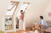 Kombination von Fenster- und Türelementen aus Kiefer natur, mit denen ein beliebig breiter, voll begehbarer Dachbalkon geschaffen werden kann.