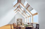 Wohnraum mit VELUX Firsthaube zum Einbau von VELUX Dachfenstern über den First.