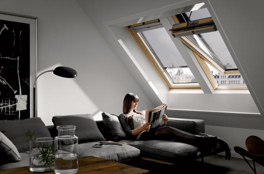 VELUX INTEGRA Elektro- oder Solarfenster in Holz (GGL), mit VELUX INTEGRA Elektro- (MML) oder Solar-Hitzeschutz-Markise (MSL)