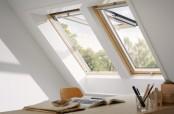 Arbeitszimmer mit Kombination von 2 VELUX Klapp-Schwing-Fenstern in Holz
