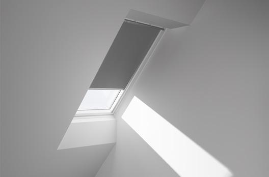 velux manuelles verdunkelungs rollo dkl farbe 0705 grau wohndachfenster dachgauben. Black Bedroom Furniture Sets. Home Design Ideas