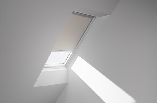 velux manuelles verdunkelungs rollo farbe 1085 beige wohndachfenster dachgauben einbau. Black Bedroom Furniture Sets. Home Design Ideas