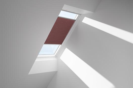 Schwingfenster in Kunststoff GGU mit VELUX Faltstore DuoLine FHC, Farbe 1050 (rot)