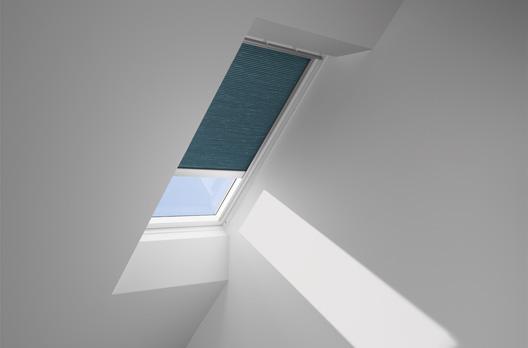 Schwingfenster in Kunststoff GGU mit VELUX INTEGRA Elektro-Faltstore DuoLine FMC, Farbe 1053 (petrol)