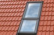 """VELUX Systemlösung """"Lichtband"""" mit einem Klapp-Schwing-Fenster mit Zusatzelement - Außenansicht"""