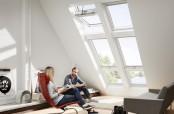 """Wohnzimmer mit Systemlösung """"Quartett"""" in Kunststoff, bestehend aus 2 Klapp-Schwing-Fenstern mit Zusatzelement sowie 2 zusätzlichen VELUX INTEGRA Elektro- oder Solarfenstern."""