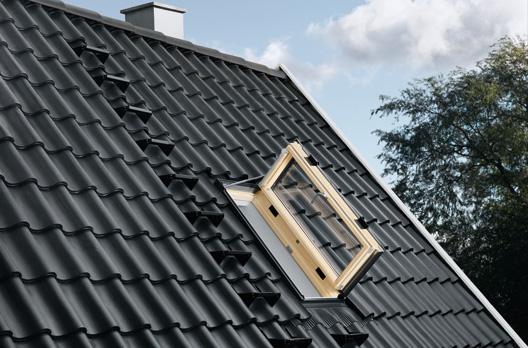 Außenansicht: VELUX Wohn- und Ausstiegsfenster mit Türfunktion in Holz, geöffnet