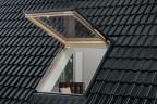Außenansicht: VELUX Wohn- und Ausstiegsfenster mit Klapp-Schwing-Funktion in Holz, geöffnet