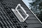Außenansicht: VELUX Wohn- und Ausstiegsfenster mit Türfunktion in Kunststoff, geöffnet