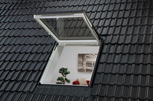 Außenansicht: VELUX Wohn- und Ausstiegsfenster mit Klapp-Schwing-Funktion in Kunststoff, geöffnet