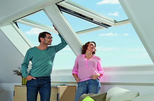 verliebtes paar weitblick im rotocomfort i8 wohndachfenster wohndachfenster dachgauben. Black Bedroom Furniture Sets. Home Design Ideas